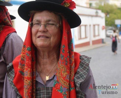A - do - Corvo - mulher com chapéu, flor e lenço