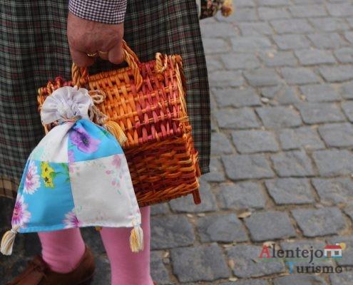 O talego e o cabaz substituíam os sacos e as malas.
