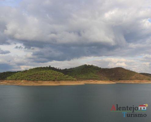 Montes e lago