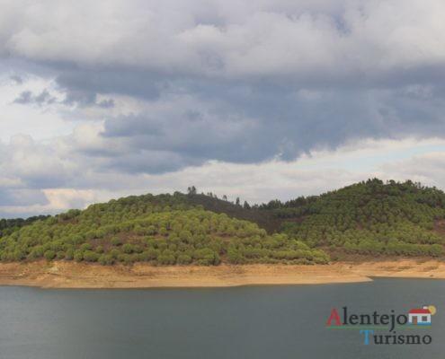 Lago e serra