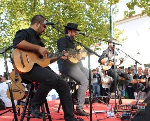 Homens com guitarra campaniça. no palco.