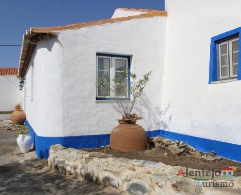 Casa de barra azul com pote.