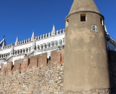 Carros antigos e torre do castelo.