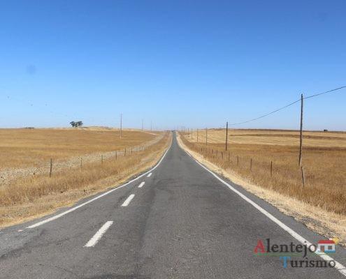 Estrada estreita mas com espaços de espera