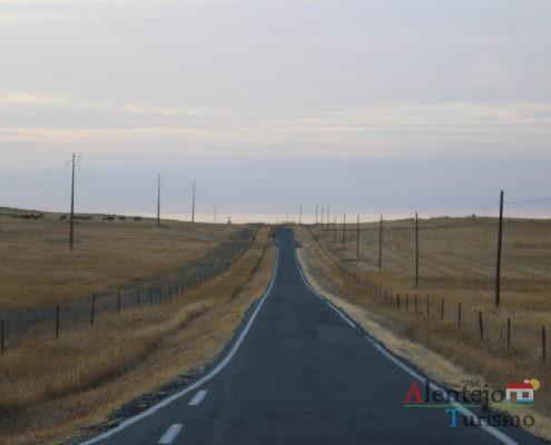Estrada estreita mas com espaços de espera.
