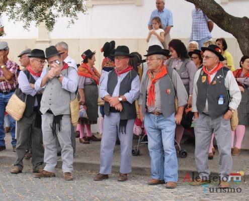 Homens com roupa tradicional, na rua.