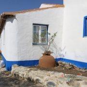 Casa com barras azuis e pote