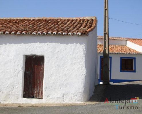 Casa branca com porta castanha