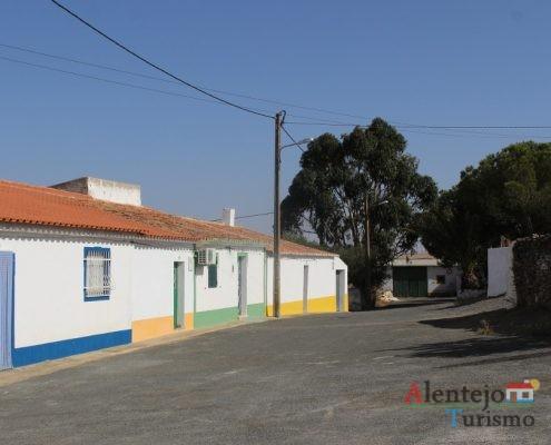Rua de casas tradicionais.