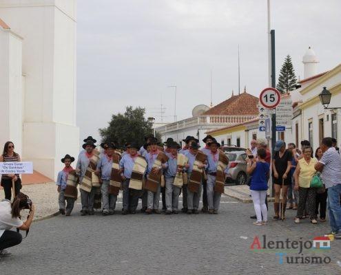 Homens de braço dado a cantar - Ganhões