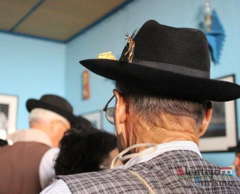 Homem, de costas, com chapéu