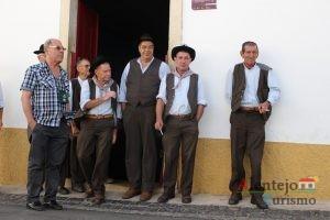 Homens com trajes tradicionais.