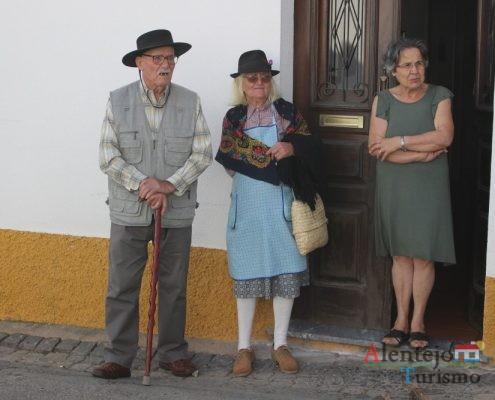 Homem e mulher, alentejanos, com chapéu.