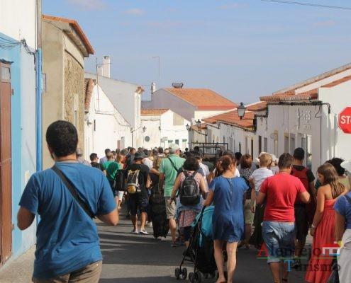 Muitas pessoas na rua.
