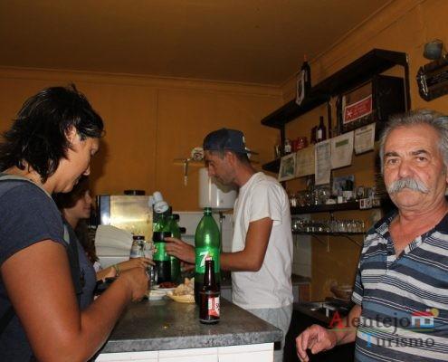 Pessoas numa taberna.