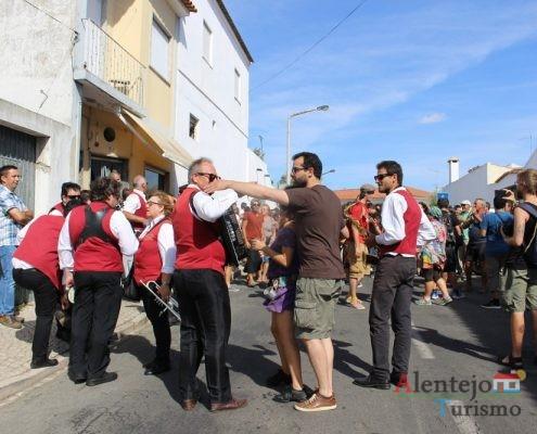 Banda e pessoas na rua.