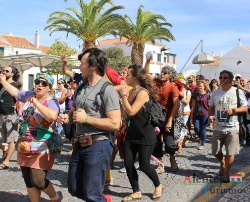 Pessoas dançam na rua.