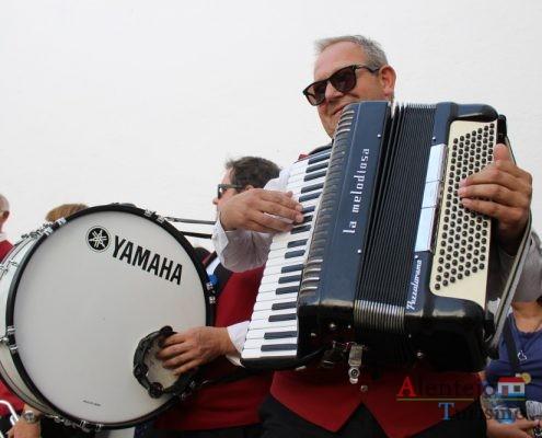 Homens com instrumentos musicais.