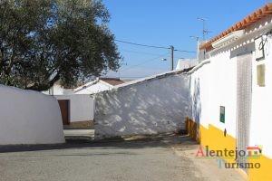 Ruas limpas e casas caiadas- típico das localidades alentejanas.
