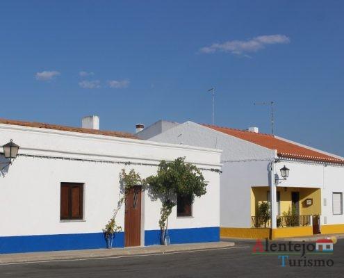 Casa com barra amarela e casa com barra azul