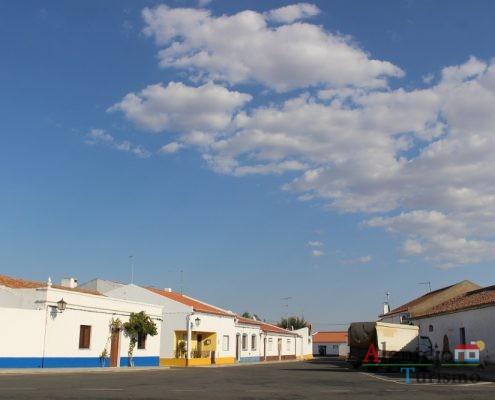 Praça com casas tradicionais alentejanas.