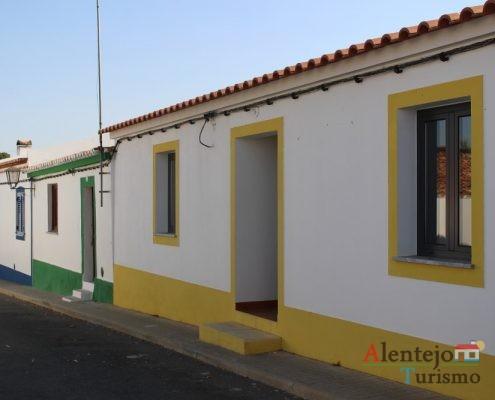 Casa tradicional alentejana com barra amarela