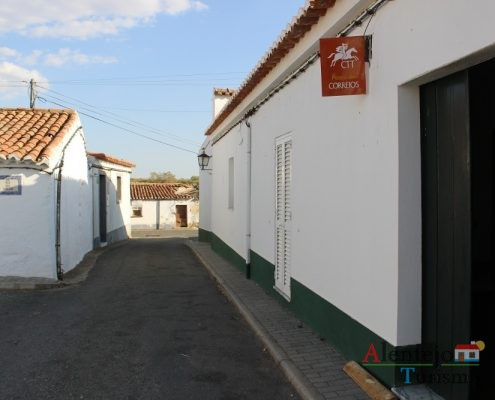 Rua alentejana com casa dos correios