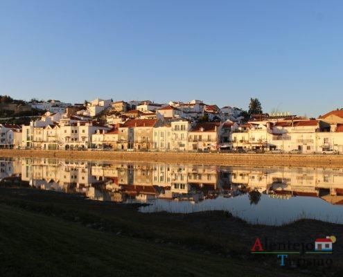 Casas refletidas no rio