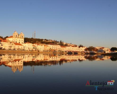 Cidade refletida no rio