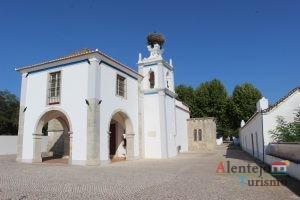 Igreja com ninho de cegonha