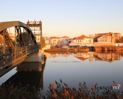 Ponte, casas e rio