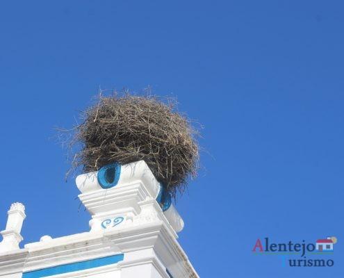 Torre de igreja com ninho de cegonha