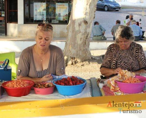 Mulheres a vender camarão e carangueijo