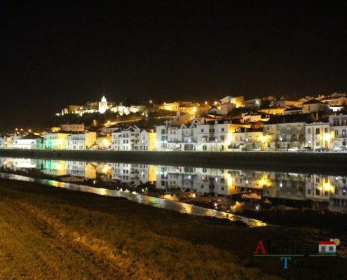 Vista noturna da cidade de Alcácer do Sal