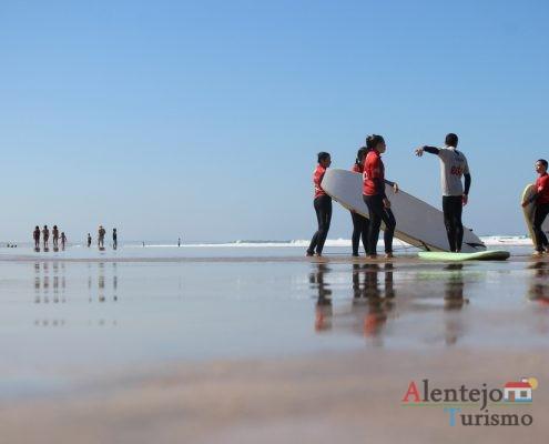 Surfistas com prancha na praia