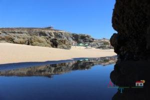 Reflexo de rochas no mar