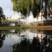 Aldeia refletida em lago