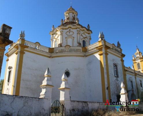 Exterior de igreja com barra amarela