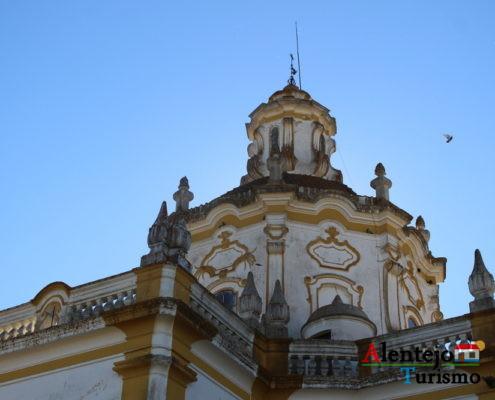 Torre de igreja de barra amarela