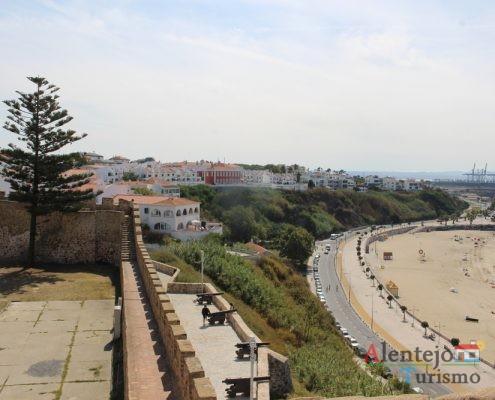 Casas, marginal e praia