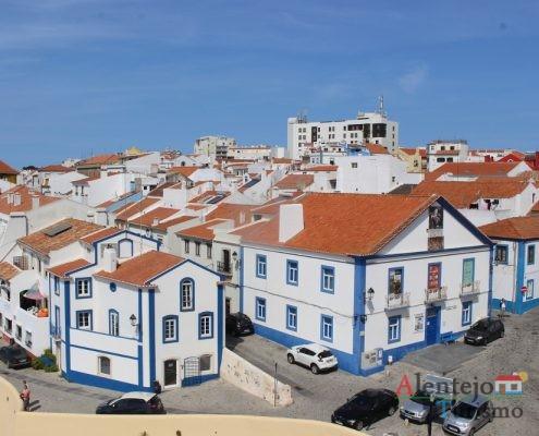 Casas brancas com barra azul, telhados
