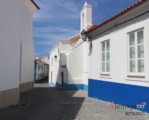 Casas brancas com barra azul