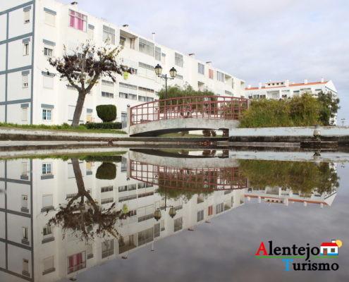 Ponte e prédios refletidos na água