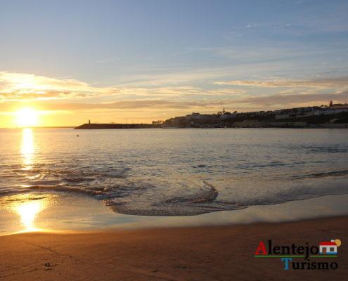 Areia e mar ao pôr do sol