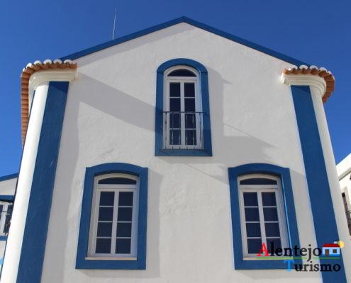 Casa de primeiro andar, com barra azul