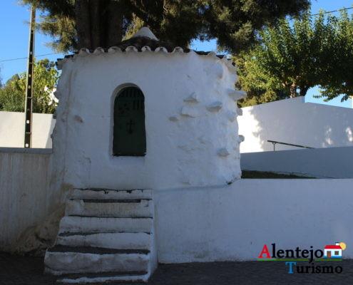 Casa branca com escadas e picos