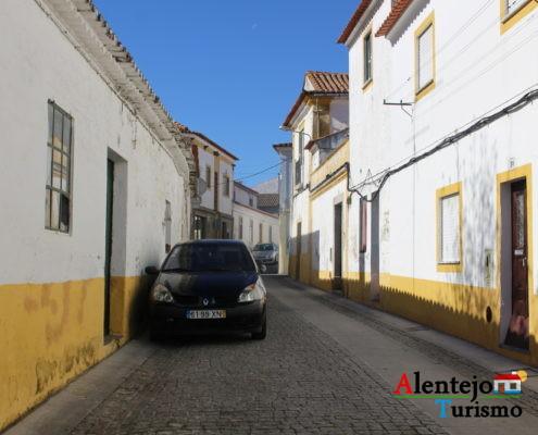 Rua com casas e carros