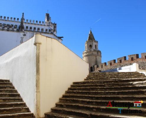 Igreja dentro de castelo e escadas