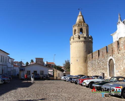 Torre do castelo e carros antigos