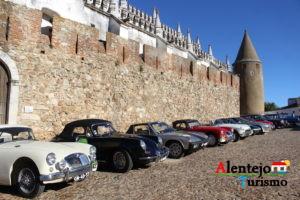 Carros antigos, castelo e igreja